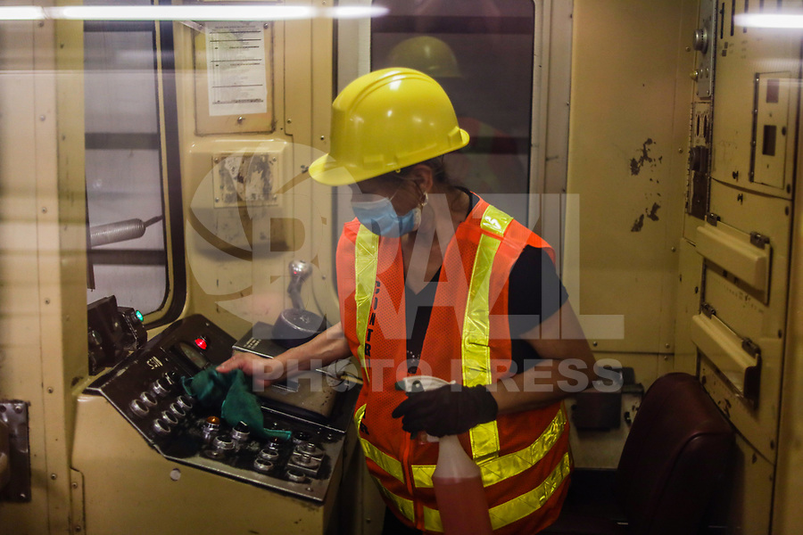 NOVA YORK, EUA, 03.06.2020 - CORONAVIRUS-EUA - Funcionarios do Metrô de Nova York são visto limpando e desinfestação durante a pandemia de Coronavirus COVID-19 nos Estados Unidos. (Foto: Vanessa Carvalho/Brazil Photo Press)