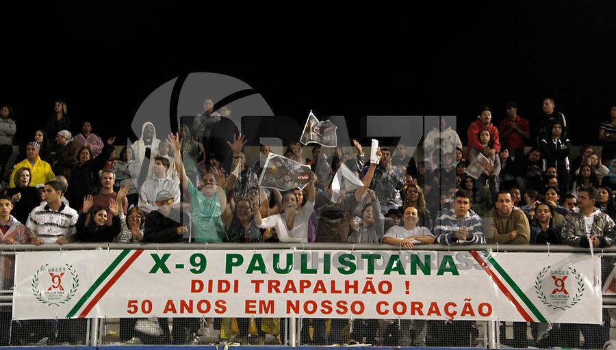 SÃO PAULO, SP, 06 DE MARÇO DE 2011 -  CARNAVAL 2011 / X-9  - Torcida da X-9 durante desfile da escola no segundo dia dos desfiles das escolas do Grupo Especial de São Paulo, no Sambódromo do Anhembi, zona norte da capital paulista, na madrugada deste domingo. (FOTO: VANESSA CARVALHO/ NEWS FREE)