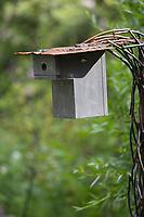 Selbstgebaute Holz-Nistkästen, Nistkasten für Vögel aus Holz, Vogelkasten, Meisenkasten selber bauen, Basteln, Bastelei, selbst bauen, selbermachen, selbstmachen, mit Marderschutz