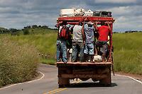 Nas estradas precárias com imensas crateras moradores se arriscam viajando em velhos veículos conhecido como pau de arara. A beira da Pa 150 acampamento do MST.<br /> <br /> No sul do Pará, os municípios de Marabá, Parauapebas e Canaã dos Carajas, começam a viver as transformações trazidas pelos grandes investimentos da indústria mineral. De acordo com o sindicato da categoria, até 2014 devem ser investidos cerca de U$25 bilhões em vários projetos de exploração e transformação mineral na região.<br /> Pa 150, Pará, Brasil<br /> Fotos Paulo Santos<br /> 18/05/2011
