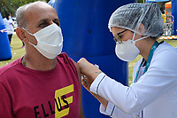 PORTO ALEGRE, RS, 18.04.2021 - VACINAÇÃO - 62 ANOS - As pessoas com 62 anos ou mais receberam a primeira dose da Fiocruz, nas Tendas de Vacinação contra a Covid-19 montadas, pela Secretaria Municipal de Saúde (SMS) e a Associação Médica do RS (Amrigs), Grupo Dimed, Equipe G, no Parque Farroupilha (Redenção), das 9h às 17h, em Porto Alegre, neste domingo (18).