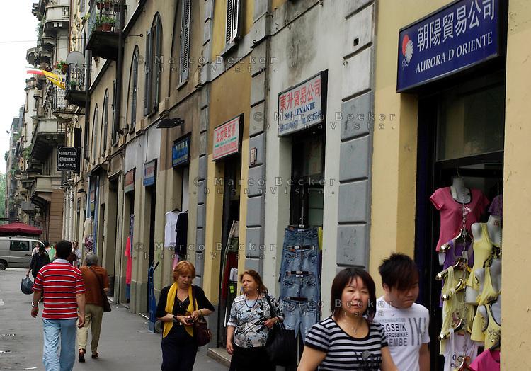 milano, quartiere sarpi - chinatown. commercianti di vestiti --- milan, sarpi district - chinatown