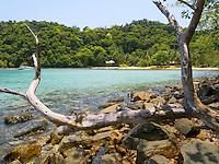 Thailand. Trat province. Ko Rang island. A boat, a sandy beach, a dead tree, rocks and clear water. Ko Rang island is a natural park. 13.04.09 © 2009 Didier Ruef