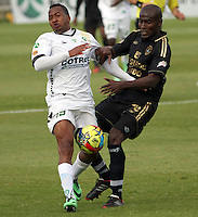 BOGOTA -COLOMBIA, 13 -SEPTIEMBRE-2014. Yonni Hinestroza   ( I) de La Equidad  F.C. disputa el balón con Fredy Arizala ( D ) de Fortaleza F.C.  durante partido de la  novena  fecha  de La Liga Postobón 2014-2. Estadio Metroplitano de Techo . / Yonni Hinestroza  (L) of Equidad FC    fights for the ball with  Fredy Arizala of Fortaleza FC  during match of the 9th date of Postobon  League 2014-2. Metroplitano de Techo Stadium. Photo: VizzorImage / Felipe Caicedo / Staff