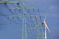 Strommasten in Moorburg mit Windkraftanlage Altenwerder: EUROPA, DEUTSCHLAND, HAMBURG, MOORBURG (EUROPE, GERMANY), 19.11.2012: Strommasten in Moorburg mit Windkraftanlage Altenwerder