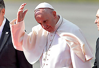 BOGOTÁ - COLOMBIA, 06-09-2017:  El Papa Francisco saluda después de bajar del avión a su llegada a Bogotá, Colombia. El Papa Francisco realiza la visita apostólica a Colombia entre el 6 y el 11 de septiembre de 2017 llevando su mensaje de paz y reconciliación por 4 ciudades: Bogotá, Villavicencio, Medellín y Cartagena. / The Pope greets after descends from the aircraft at his upon arrival to Bogotá, Colombia. Pope Francisco makes the apostolic visit to Colombia between September 6 and 11, 2017, bringing his message of peace and reconciliation to 4 cities: Bogota, Villavicencio, Medellin and Cartagena Photo: VizzorImage / Cristian Alvarez / Cont