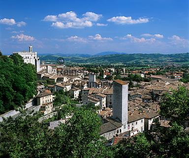 Italy, Umbria, Gubbio: medieval town with Palazzo dei Consoli | Italien, Umbrien, Gubbio: mittelalterliche Stadt mit dem Palazzo dei Consoli - Konsulenpalast