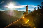 Italien, Suedtirol (Trentino - Alto Adige), Gadertal, oberhalb Wengen: Blick vom Weiler Tolpei zur spaetgotischen Barbarakapelle, im Hintergrund die Puez-Geisler-Gruppe im Naturpark Puez-Geisler | Italy, South Tyrol (Trentino - Alto Adige), Val Badia, above La Valle: view from hamlet Tolpei towards chapel Saint Barbara (middle), at background Puez-Geisler-Group at Puez-Geisler Nature Park (Parco naturale Puez Odle)