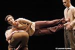 Tenses 1 d?Edmond Russo et Shlomi Tuizer s?inscrit dans un large projet dédié au temps. Le lieu choisi du questionnement est l?aéroport (Airports étant le titre générique du cycle), figure emblématique d?un espace où les corps semblent habiter le temps, le travailler, y creuser des brèches identitaires, d?interrogation de l?autre...Conception : Edmond Russo et Shlomi Tuizer - association Affari Esteri.Création chorégraphique et interprétation : Ariane Guitton, Edmond Russo, Shlomi Tuizer.Création musicale : Andrea Cera.Lumières : Laurence Halloy.Textes : Franck Montel
