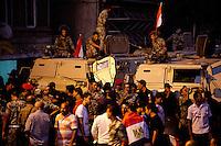 EGITTO, IL CAIRO 9/10 settembre 2011: assalto all'ambasciata israeliana. Migliaia di manifestanti egiziani, ancora infuriati per l'uccisione di cinque guardie di frontiera egiziane da parte dell'esercito israeliano, hanno fatto irruzione nella sede diplomatica israeliana e sono stati poi sgomberati da esercito e polizia egiziana. Nell'immagine: folla di manifestanti ed esercito egiziano con i blindati.<br /> Egypt attack to the Israeli embassy  Attaque à l'ambassade israelienne Caire