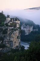 Europe/France/Midi-Pyrénées/46/Lot/Vallée de la Dordogne/Lacave: Brumes sur le château de Belcastel