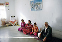 Irak 2000.Une famille de déplacés à Beneslawa, prés d'Erbil. La plus jeune fille n'a jamais été scolarisée..Iraq 2000.A family in a camp
