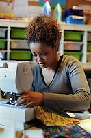 """Donne rom bosniache insegnano lavori di sartoria a due donne somale e una ragazza eritrea,rifugiate politiche e tirocinanti del progetto """"Formare per fare"""" .Bosnian Roma women teach the  tailoring work to two Somali women and a Eritrean girl, political refugees and trainees of the project """"Training to doing""""."""