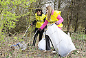 20/04/2010   Copyright  Pic : James Stewart.21_helix_litter  .::  HELIX PROJECT ::  KIDS FROM BRAES HIGH SCHOOL TAKE PART IN THE LITTER PICK AT THE FORTH & CLYDE CANAL BETWEEN LOCK 2 AND THE BLUE BRIDGE ::.