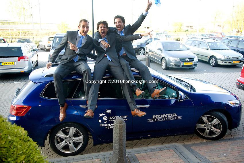 05-05-10, Zoetermeer, SilverDome, Tennis,  Davis Cup, Netherlands-Italy, Goofing about, l.t.r.:Thiemo de Bakker, Robin Haase and Igor Sijsling