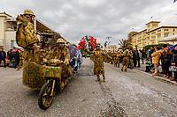 """Europe, Italy, Tuscany, Viareggio,    figures of the chariot: """"Papaveri rossi""""of Fratelli Cinquini in parade"""