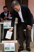 BOGOTA -COLOMBIA. 25-05-2014. El presidente de la republica de Colombia Juan Manuel Santos vota en la mesa numero 1 del capitolio nacional para la eleccion de presidente para el periodo 2014-2018. Elecciones para presidente de la Republica de Colombia periodos 2014-2018.   /  The president of the republic of Colombia Juan Manuel Santos vote on table number 1 national capitol for the election of President for the period 2014-2018. Elections for President of the Republic of Colombia from 2014 to 2018 periods.. Photo: VizzorImage/ Felipe Caicedo