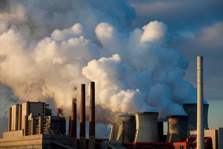 Europa, DEU, Deutschland, Nordrhein Westfalen, NRW, Rheinland, Niederrhein, Grevenbroich, Kraftwerk Neurath, Braunkohlekraftwerk, Rauch, Emission, Kuehltuerme, Dampf, Wasserdampf, Kategorien und Themen, Umwelt, Umweltschutz, Umweltverschmutzung, Umweltprobleme, Umweltbelastung, Umweltzerstoerung, Umweltsuender, Umweltverbrechen, Umweltthema, Umweltthemen, Industrie, Industriefotografie, Wirtschaft, Wirtschaftsthemen, Technik, Technologie, Technologien<br /> <br /> [Fuer die Nutzung gelten die jeweils gueltigen Allgemeinen Liefer-und Geschaeftsbedingungen. Nutzung nur gegen Verwendungsmeldung und Nachweis. Download der AGB unter http://www.image-box.com oder werden auf Anfrage zugesendet. Freigabe ist vorher erforderlich. Jede Nutzung des Fotos ist honorarpflichtig gemaess derzeit gueltiger MFM Liste - Kontakt, Uwe Schmid-Fotografie, Duisburg, Tel. (+49).2065.677997, <br /> archiv@image-box.com, www.image-box.com]