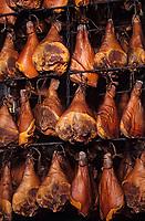Europe/France/Normandie/Basse-Normandie/50/Manche/Lessay: Les jambons du Cotentin dans le séchoir