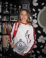 2007, november, Elke Tiel met haar tennistas en trofeeen