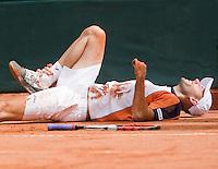 12-4-08, Macedonie, Skopje, Daviscup, Macedonie- Nederland, Doubles Peter Wessels grijpt naar zijn enkel nadat hij in de dubbel is onderuitgegaan.