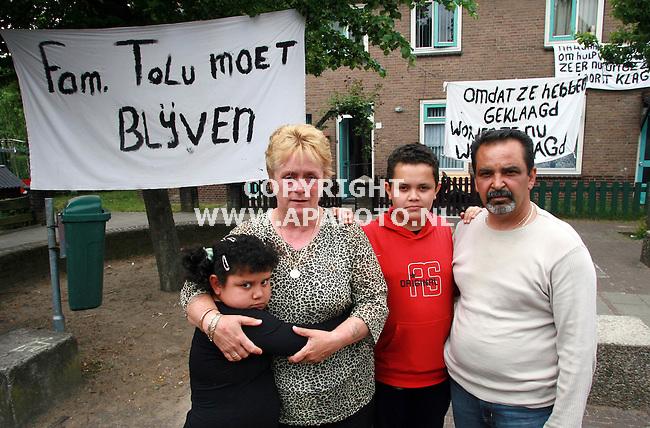 nijmegen 180506 De familie Tolu, vader, moeder ,zoon en dochter moeten van de woningstichting verhuizen omdat ze geklaagd hebben over hun buren.<br />Foto frans Ypma APA-foto