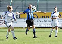VV Rassing Harelbeke - Dames Club Brugge : balcontrole van Nina Vindevoghel voor Stephanie Houwen (links) .foto VDB / BART VANDENBROUCKE