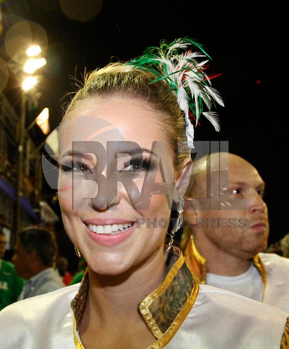 RIO DE JANEIRO, RJ, 08 DE MARÇO DE 2011 - CARNAVAL RJ / GRANDE RIO - As atrizes Paola Oliveira (e) e Suzana Vieira (d) durante desfile da Grande Rio no Sambódromo da Marquês de Sapucaí, durante o segundo dia dos desfiles do Grupo Especial do Carnaval 2011, do Rio de Janeiro, na madrugada desta terça-feira (8). (FOTO: VANESSA CARVALHO / NEWS FREE).