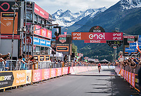 Maglia Rosa Tom Dumoulin (NED/Sunweb) losing more than 2 minutes after his rivals kept going after he desperatly needed to stop along the way for a ('nr2') nature break in the queen stage over the Passo dello Stelvio (alt: 2758m)<br /> <br /> Stage 16: Rovett › Bormio (222km)<br /> 100th Giro d'Italia 2017