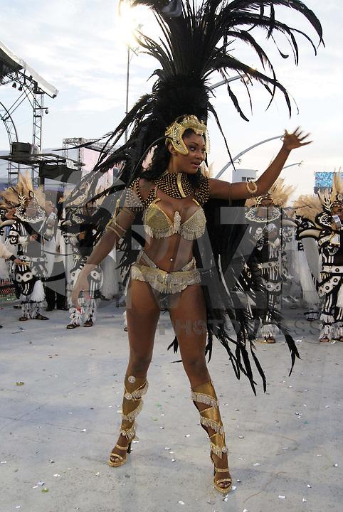 SÃO PAULO, SP, 12 DE JANEIRO DE 2010 - CARNAVAL 2010 SP / VAI-VAI - Desfile das escolas de samba de São Paulo do grupo especial, a última escola do primeiro dia a entrar na avenida é a Vai-Vai que traz no enredo 80 Anos de Arte e Euforia É Bom no Samba, É Bom no Couro. Salve o Duplo Jubileu de Carvalho. No Sambódromo do Anhembi na região norte da capital paulista. (FOTO: VANESSA CARVALHO / NEWS FREE).