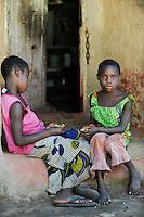 ZAMBIA Ndola township Nkwazig, HIV orphans / SAMBIA Ndola im Copperbelt, township Nkwazig, katholische Kirche betreibt ein Counselling Center fuer Aids Waisen und -kranke, Teresa Mulenga 11 Jahre (rosa) und Fridah Kakoma 11 Jahre (gruen) sind Aids Waisen