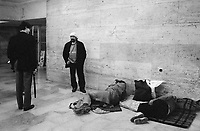 - Roma, emarginati e senza casa alla stazione Termini (Giugno 1989)<br />