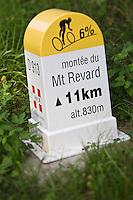 Europe/France/Rhône-Alpes/73/Savoie/Env d' Aix-les-Bains: Mont Revard, Borne  routière célébrant a Montée du Revard avec ses 1425m de dénivelée et ses 21,5 km au départ d'Aix-les-Bains, étape du Tour de France