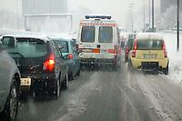 - Milan, ambulance trapped in traffic under the Snow....- Milano, ambulanza bloccata nel traffico sotto la neve