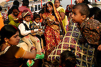 01.12.2008 Varanasi(Uttar Pradesh)<br /> <br /> Families of the groom and bride eating in the ghat during wedding season.<br /> <br /> familles du marié et de la mariée en train de manger sur le ghat pendant la saison des mariages.