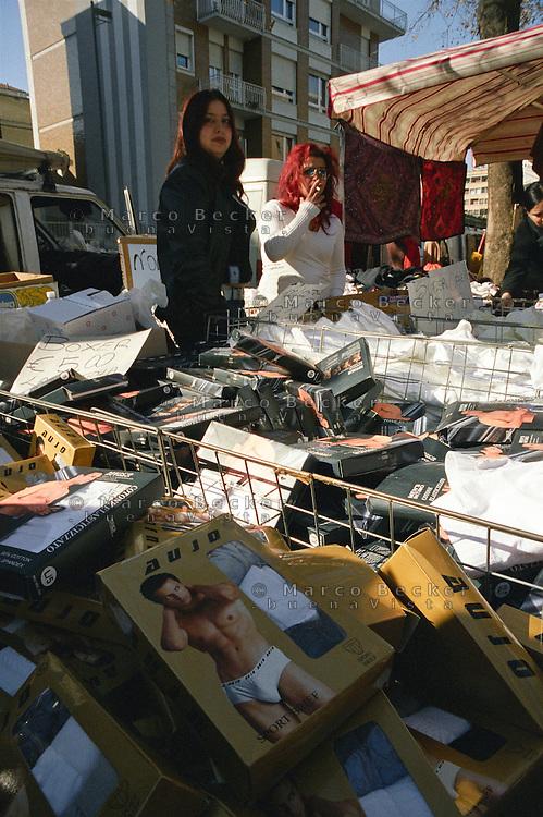 Milano, mercato rionale di viale Papiniano. Bancarella di intimo maschile --- Milan, local market in Papiniano street. Stand of men's underwear