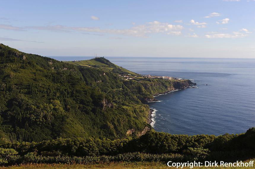 Blick auf Santa Cruz auf der Insel Flores, Azoren, Portugal