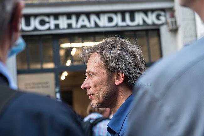 """Die Buchhandlung Kisch & Co in Berlin-Kreuzberg soll nach 23 Jahren schliessen.<br /> Der Luxemburger Fonds """"Victoria Immo Properties V S.a.r.l."""" der TetraPak Milliardenerbinnen Rausing hatte 2017 das Haus in der Oranienstrasse 25 gekauft und zwei Jahre spaeter den Mietern Mieterhoehungen angekuendigt, die fuer diese nicht bezahlbar sind. So muessen neben der alteingesessenen Buchhandlung auch ein Museum, die neue Gesellschaft fuer bildende Kunst e.V. mit ihrer Galerie, das Werkbundarchiv, ein Architekturbuero und ein Jogastudio ihre Raeumlichkeiten verlassen.<br /> Im Bild: Thorsten Willenbrock, Inhaber des Buchlanden Kisch & Co, spricht bei einer Protestkundgebung am Mittwoch den 24. Juni 2020 vor dem Buchladen.<br /> 24.6.2020, Berlin<br /> Copyright: Christian-Ditsch.de<br /> NUR FUER REDAKTIONELLE ZWECKE! Werbung nur auf Anfrage beim Fotografen. [Inhaltsveraendernde Manipulation des Fotos nur nach ausdruecklicher Genehmigung des Fotografen. Vereinbarungen ueber Abtretung von Persoenlichkeitsrechten/Model Release der abgebildeten Person/Personen liegen nicht vor. NO MODEL RELEASE! Don't publish without copyright Christian-Ditsch.de, Veroeffentlichung nur mit Fotografennennung, sowie gegen Honorar, MwSt. und Beleg. Konto: I N G - D i B a, IBAN DE58500105175400192269, BIC INGDDEFFXXX, Kontakt: post@christian-ditsch.de<br /> Bei der Bearbeitung der Dateiinformationen darf die Urheberkennzeichnung in den EXIF- und  IPTC-Daten nicht entfernt werden, diese sind in digitalen Medien nach §95c UrhG rechtlich geschuetzt. Der Urhebervermerk wird gemaess §13 UrhG verlangt.]"""