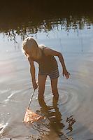 Kind keschert im seichten Wasser im Sommer, keschern, Kescher