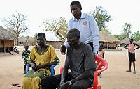 UGANDA, Arua, Radio Pacis, Aufnahme im Rhino Camp Refugee Settlement mit Nuer Fluechtlingen aus dem Suedsudan, Nuer Peter Gatkuoth und Frau Rebecca, Programm Managaer Noel Ayikobua