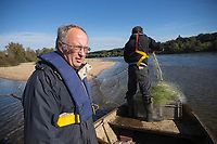 France, Indre-et-Loire (37), env Amboise,Chargé,  Vallée de la Loire classée Patrimoine Mondial de l'UNESCO, à la pêche sur la vallée de la Loire avec les  pêcheurs professionnels , Philippe Boisneau, et Nicolas Bonnet  , prise d'un brochet  // France, Indre et Loire, near Amboise, Charge,  Loire Valley listed as World Heritage by UNESCO, fishing on Loire Valley  with professional fishermen, Philippe Boisneau and Nicolas Bonnet   <br /> AUTO N 2013-153 et AUTO  N 2013-154