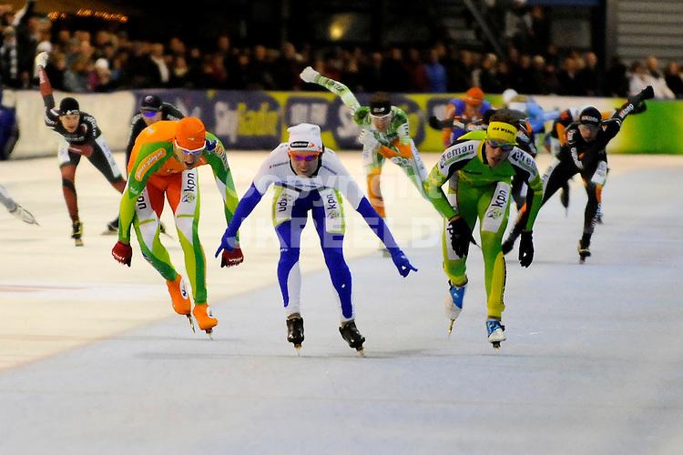 GRONINGEN - Schaatsen, finale KPN marathon Cup, Kardinge,  seizoen 2011-2012, 21-01-2012 Karlo Timmerman (m) wint voor Ingmar Berga (r) en Crispijn Ariens (l)..