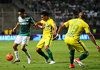 PALMIRA -COLOMBIA-14-06-2017. Fabian Sambueza (Izq) del Deportivo Cali disputa el balón con Diego Arias (Der) de Atletico Nacional durante partido de ida por la final de la Liga Aguila I 2017 jugado en el estadio Palmaseca de Cali. / Fabian Sambueza (L) player of Deportivo Cali fights for the ball with Diego Arias (R) player of Atletico Nacional during first leg match for the final of the Aguila League I 2017 played at Palmaseca stadium in Cali.  Photo: VizzorImage/ Nelson Rios /Cont