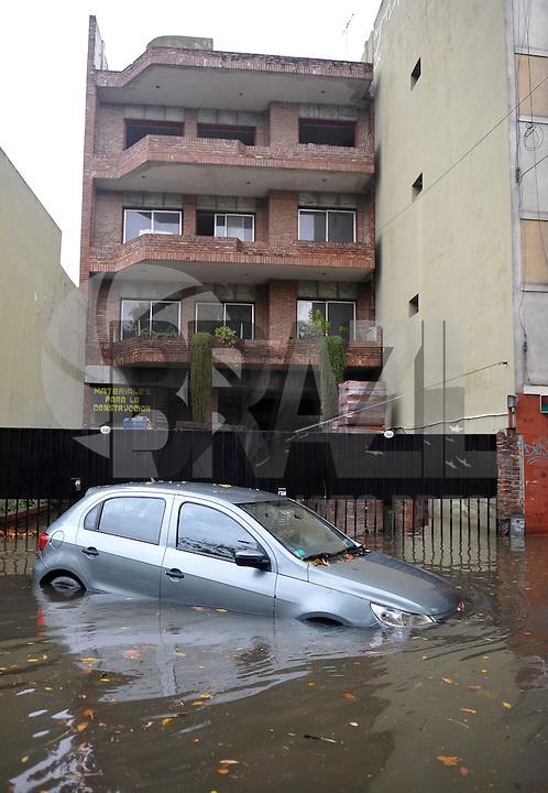 BUENOS AIRES, ARGENTINA, 2 DE ABRIL DE 2013 - ENCHENTE - Forte chuva causa enchente de grandes proporcoes, deixando 4 mortos e mais de 100 desabrigados. FOTO: JUANI RONCORONI / BRAZIL PHOTO PRESS.