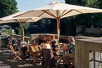 Slowenien. Lubljana, Café am Lublianicaufer.