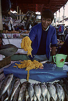 """Amérique/Amérique du Sud/Pérou/Arequipa : Le marché - Marchand de poissons et oeufs de poissons """"La Lisa"""""""