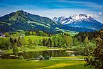 Oesterreich, Tirol, bei Fieberbrunn: der auf 859 m Hoehe gelegene Lauchsee ist ein Moorsee mit einer Badegelegenheit Moorbad Lauchsee, im Hintergrund die schneebedeckten Leonganger Steinberge | Austria, Tyrol, near Fieberbrunn: moorlake Lauchsee with Leonganger Steinberge mountains