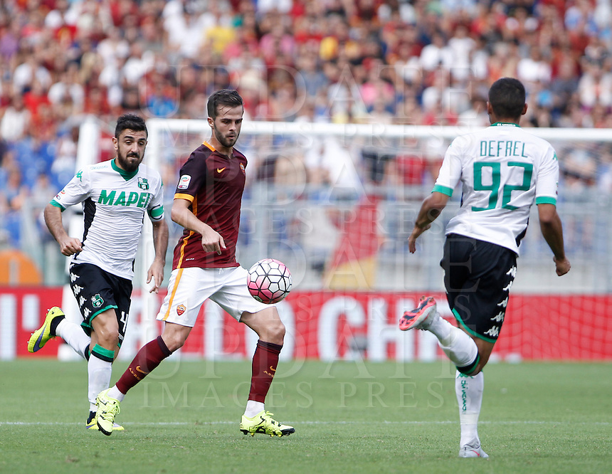 Calcio, Serie A: Roma vs Sassuolo. Roma, stadio Olimpico, 20 settembre 2015.<br /> Roma's Miralem Pjanic, center, is challenged by Sassuolo's Francesco Magnanelli, left, and Gregoire Defrel during the Italian Serie A football match between Roma and Sassuolo at Rome's Olympic stadium, 20 September 2015.<br /> UPDATE IMAGES PRESS/Isabella Bonotto