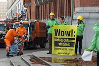 """Greenpeace-Aktion gegen Kohleschlamm aus Braunkohletagebau in Brandenburg.<br /> 35 Mitglieder der Umwelschutzorganisation Greenpeace kippten am Dienstag den 19. August 2014 vor dem Roten Rathaus in Berlin mehrere hundert Liter Kohleschlamm aus und brachten ein 10x9,5m grosses Transparent an der Fassade """"Wowi: Kohleschlamm stoppen - Unsere Spree retten"""" an. Sie forderten den Buergermeister Klaus Wowereit auf gegen die fortschreitende """"verockerung"""" der brandenburger Fluesse durch den Braunkohletagebau taetig zu werden, so wie es in der Landesverfassung steht. Der Konzern Vattenfall plant mit dem Tagebaugebiet """"Welzow-Sued II"""" auf 20 Quadratkilometern ca. 200 Millionen Tonnen Braunkohle zu foerdern, was neben der Zerstoerung von Doerfern und Landschaft im Anschluss an den Abbau gravierende Umweltverschmutzung durch Sulfat und Eisenoxyd nach sich zieht.<br /> Die Aktion steht im Zusammenhang mit den aktuell laufenden Protesten gegen den Braunkohletagebau in der Lausitz und der geplanten Menschenkette von Deutschland nach Polen am 23. August 2014.<br /> Die Polizei sicherte den Bereich vor dem Roten Rathaus.<br /> 19.8.2014, Berlin<br /> Copyright: Christian-Ditsch.de<br /> [Inhaltsveraendernde Manipulation des Fotos nur nach ausdruecklicher Genehmigung des Fotografen. Vereinbarungen ueber Abtretung von Persoenlichkeitsrechten/Model Release der abgebildeten Person/Personen liegen nicht vor. NO MODEL RELEASE! Don't publish without copyright Christian-Ditsch.de, Veroeffentlichung nur mit Fotografennennung, sowie gegen Honorar, MwSt. und Beleg. Konto: I N G - D i B a, IBAN DE58500105175400192269, BIC INGDDEFFXXX, Kontakt: post@christian-ditsch.de<br /> Urhebervermerk wird gemaess Paragraph 13 UHG verlangt.]"""