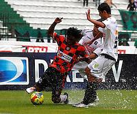 MANIZALES - COLOMBIA - 14-04-2013: Cesar Arias (Cent.) Gilberto Garcia (Der.) jugadores del  Once Caldas, disputan el balón con Juan Lozano (Izq), jugador del Boyacá Chicó F C, durante el partido en el estadio Palogrande de la ciudad de Manizales, abril 14 de 2013. Once Caldas empató a dos goles con el Boyacá Chicó FC, en partido de la fecha 10 de la Liga Postobón I. (Foto: VizzorImage /JJB/ Str).  Cesar Arias (C) Gilberto Garcia (R) players of Once Caldas, figths for the ball with Juan Lozano (L) player of Boyaca Chico F C, during the match at the stadium Palogrande city of Manizales, April 14, 2013. Once Caldas tied to two goals with the Boyaca Chico FC, in a match for the tenth date of the League Postobon I. (Photo: VizzorImage / JJB / Str)   .